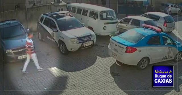Câmera da delegacia de Duque de Caxias, flagra policiais cobrando propina