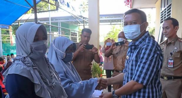 Bupati Serahkan Simbolis Bantuan Dana Stimulus Untuk Warga Kecamatan Benteng