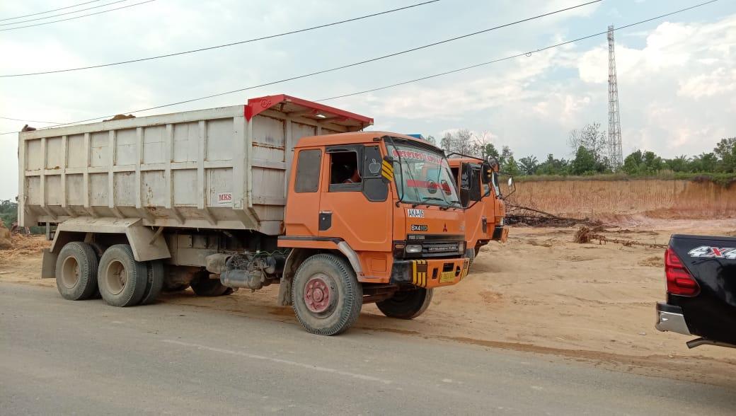 Masyarakat SP 6 Pangkalan Kerinci Desak Dishub Menindak Tegas Truk Tronton Pengangkut Tanah Yang Merusak Jalan
