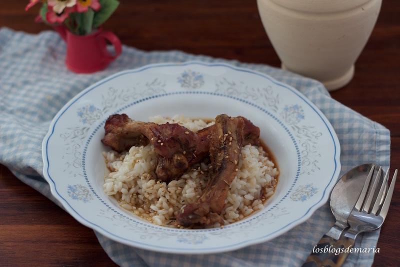 Costillas a las hierbas provenzales y salsa de soja con guarnición de arroz