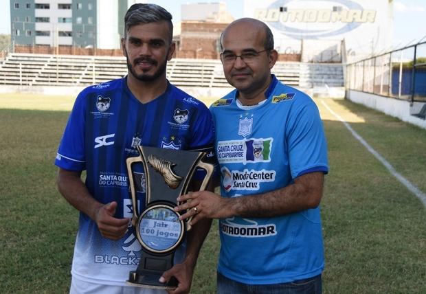 Volante Jair recebe homenagem pelos 100 jogos defendendo o Ypiranga