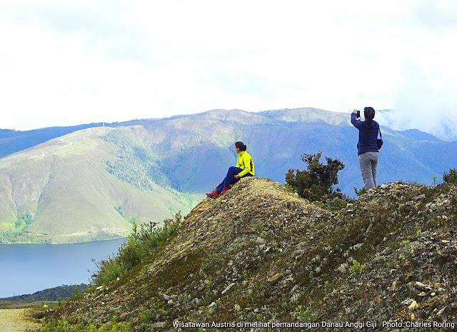 Wisatawan Austria saat sedang menikmati pemandangan danau Anggi di Pegunungan Arfak