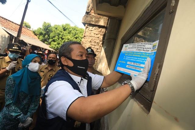 Yana : Rumah Warga Bandung Penerima PKH dan BSN  Dipasangi Sticker