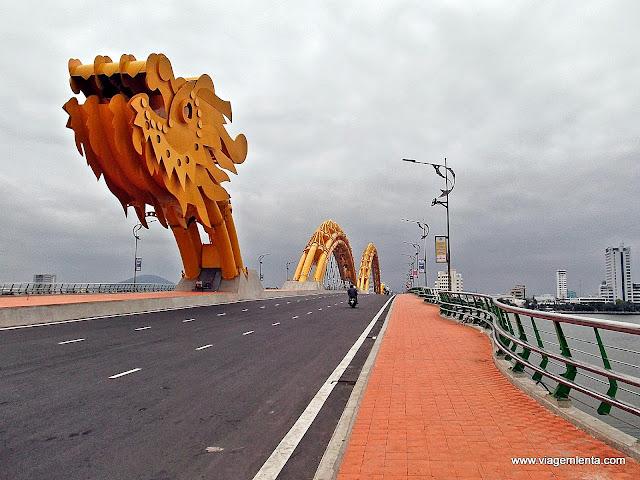 Nessa ponte  de Da Nang, o dragão ficava colorido e soltava fogo pela boca