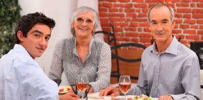 4 Cara Mudah Mencuri Hati Calon Mertua