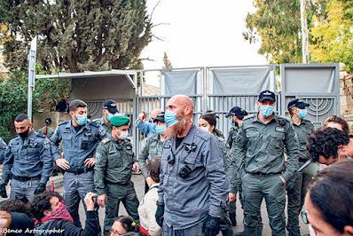 """השוטר עבד נערני. המפגינים מכנים אותו """"פיטבול"""", לפי ג'ורנו """"הכל הוא עושה באהבה גדולה"""". צילום: בן כהן, מגפון ניוז"""
