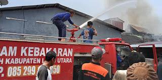 Rumah Kost milik H. Hasan Dijalan trans Sulawesi Dilalap Sijago Merah