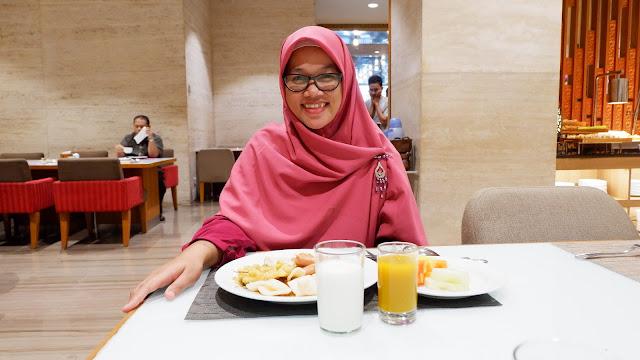 breakfast yang lengkap berbagai pilihan menu di grand mercure jakarta harmoni