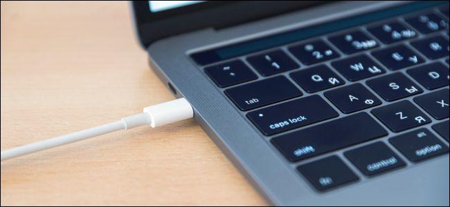 كبل USB من نوع C الصاعقة موصول ماك بوك.