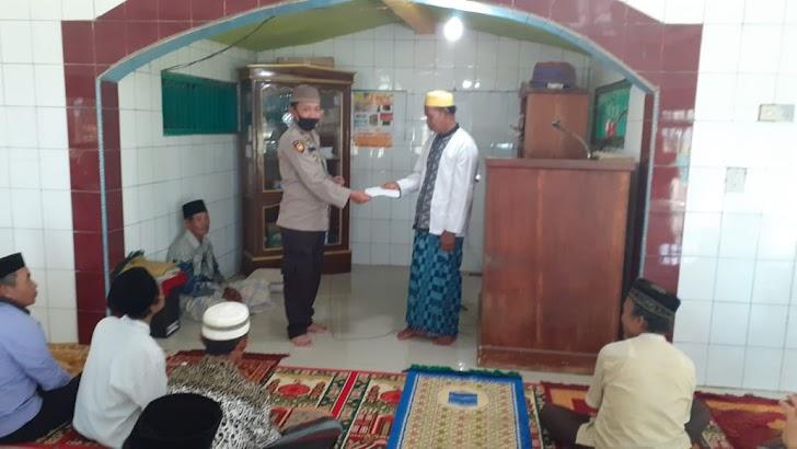 Kapolsek Polsel, Serahkan Dana Infaq Ke Pengurus Masjid Nurul Jihad 45 Patte'ne