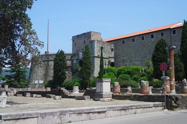 trieste vestiges romains antiquité forum château san giusto
