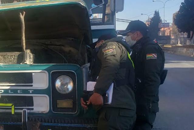 El Alto: Chófer muere estrangulado al engancharse su chalina en el motor de su microbús