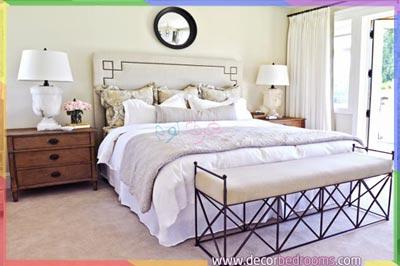 غرفة نوم مع سرير ومنضدة وكنب طويل