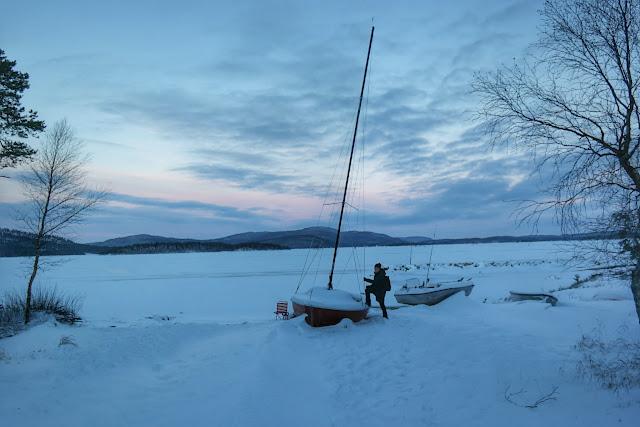 Lud subindo no barco encalhado na neve em Ivalo, Finlândia
