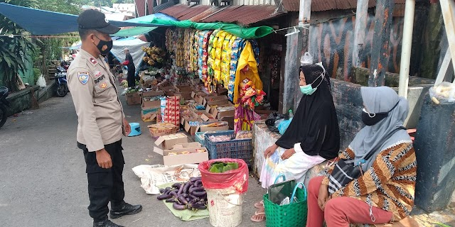 Sosialisasikan Prokes, Bhabinkamtibmas Muara Rapak Sambangi Pedagang Pasar
