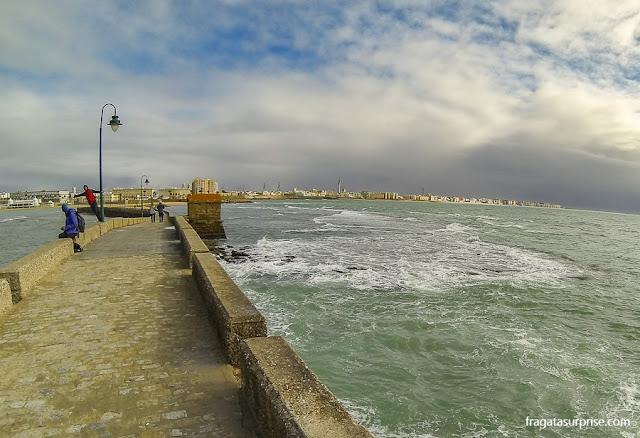 Paseo Fernando Quiñones ligando a Fortaleza de San Sebastián à cidade de Cádiz