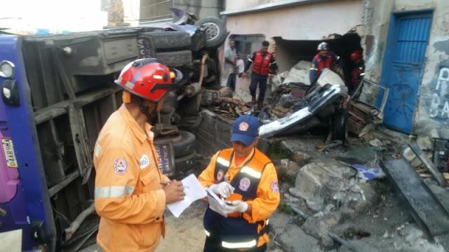 4 muertos al volcarse un autobús en Petare