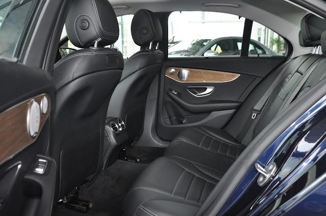 Băng sau Mercedes C250 Exclusive 2017 thiết kế rộng rãi và thoải mái.