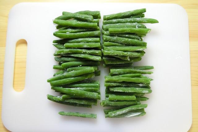 いんげんは長さを半分~三等分に切ります。目安は4㎝くらいです。 今回使用のいんげんはゆでた後、冷凍保存しておいたものです。
