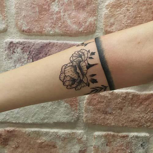 armband tattoo with flower çiçekli kol bandı dövmesi bayan