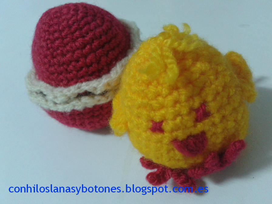 Con hilos, lanas y botones: pollitos amigurumi con cascarón