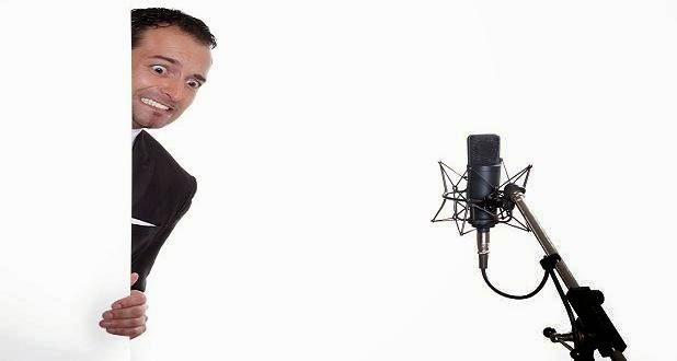 homem olhando para um microfone com cara de pavor