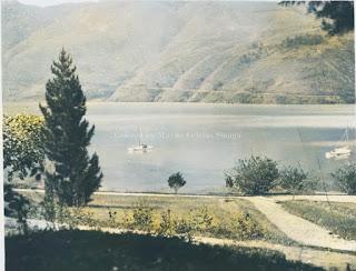 perahu layar yang sedang di tambatkan di danau toba di parapat