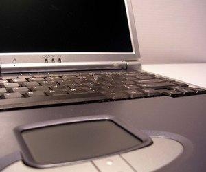 Cara Membersihkan Bagian Dalam Layar Laptop