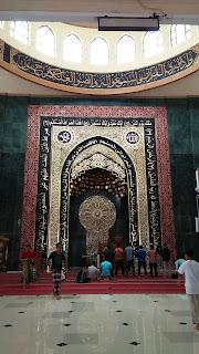 foto orang sholat di masjid