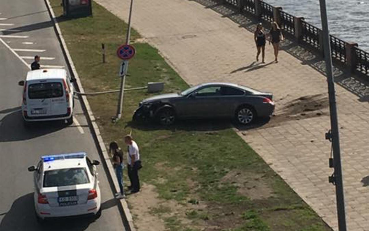 11. novembra krastmalā avarē BMW automobilis