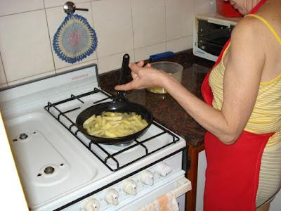 Mamá haciendo papas fritas