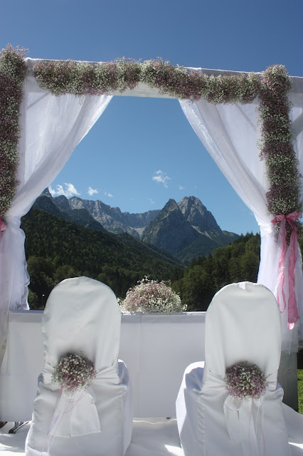Hochzeit in den Bergen unter freiem Himmel - Schleierkraut-Wolken in rosa und weiß - Sommerhochzeit in Bayern, Garmisch-Partenkirchen, Riessersee Hotel, Hochzeitshotel, Babies breath wedding