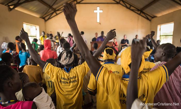 Cristianos de Sudán del Sur en culto en iglesia