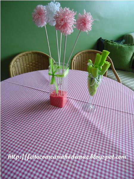 Centro de mesa com pompons e taça como porta-guardanapo