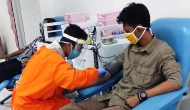 Para buruh menggelar aksi donor darah