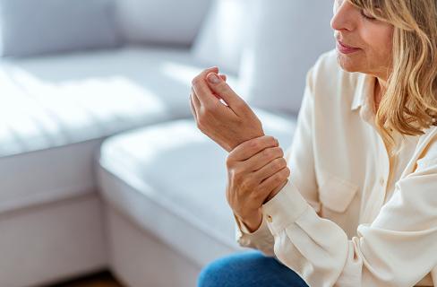 Penyakit Osteoporosis Pada Tubuh Manusia Pengertian Osteoporosis Osteoporosis adalah penipisan dan hilangnya densitas tulang (massa tulang) yang berkelanjutan, yang mambuat tulang menjadi lebih keropos, rapuh, dan mudah patah akibat trauma kecil. Penurunan tinggi banda dan nyeri punggung sering terjadi. Wanita lebih berisiko osteoporosis setelah masa menstruasinya berakhir atau menopause.  Patah tulang akibat osteoporosis lebih sering terjadi pada panggul, pergelangan tangan atau tulang belakang, akan tetapi semua tulang dapat terkena. Beberapa tulang yang sudah rusak tidak dapat sembuh, khususnya tulang panggul.  Osteoporosis merupakan penyakit yang sering tidak terdeteksi dan tidak diketahui hingga tulang patah. Banyak orang berpikir bahwa osteoporosis terjadi secara alami dan tidak dapat dihindari karena bagian dari penuaan.  Meski begitu, ahli medis menyakini osteoporosis dapat dicegah. Terlebih lagi, orang yang sudah menderita osteoporosis dapat melakukan pencegahan atau memperlambat perkembangan penyakit dan menurunkan risiko akan patah tulang berikutnya.  Tanda dan Gejala Osteoporosis Pada awal penyakit, tidak ada gejala, namun seiring berjalannya waktu, muncul nyeri punggung bawah dan nyeri leher, postur bungkuk, dan penurunan tinggi banda secara bertahap. Pada kasus lain tanda awal yaitu patah tulang (iga, pergelangan tangan atau panggul). Tulang belakang dapat patah (menjadi lebih rata terkompresi) dan patah, yang merupakan patah tulang tersering. Patah tulang panggul dapat menyebabkan cacat terparah.  Penyebab Osteoporosis Pembentukan tulang normal membutuhkan mineral kalsium dan fosfat. Jika tubuh kekurangan kalsium dari makanan, produksi tulang dan jaringan tulang dapat terganggu. Penyebab utama osteoporosis yaitu penuaan, yang menyebabkan penurunan estrogen pada wanita saat menopause dan penurunan testosteron (hormon pria) pada laki-laki.  Tulang selalu melakukan pembaharuan, tulang baru dibuat dan tulang lama dirusak. Saat muda, tubuh membuat tulang b