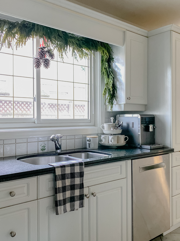 kitchen at christmas, christmas kitchen decor, kitchen window garland