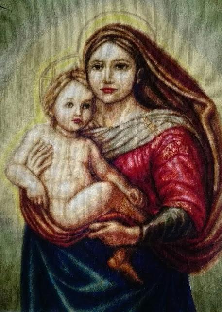 Borduurwerk van de sixtijnse madonna met het volgende onderschrift: Paus JPII heeft nooit één van zijn teksten van het leergezag voltooid zonder Maria aan te roepen (p. 135)