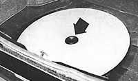 Снять покрытие пола багажника и защитный диск, закрывающий запасное колесо