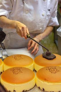 Aku sempat beli pablo, cheese cake yang fluffy banget khas Jepang,bau harumnya menyeruak disela2 keramaian Dotonbory