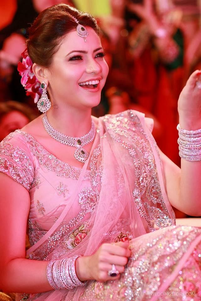 http://1.bp.blogspot.com/-qulAFVdMnJo/UsGAgoKp1CI/AAAAAAAAOgM/Eo11n_ctr0A/s1600/tv-actress-aamna-sharif-wedding-photos+(7).jpg Aamna Sharif Wedding