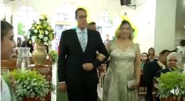 cerimônia de casamento atirando