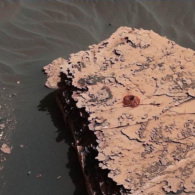 perfuração feita em uma rocha marciana pela sonda Curiosity