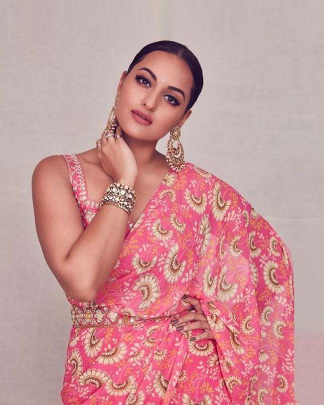 Actress Gallery: Sonakshi Sinha glamorous Pictures