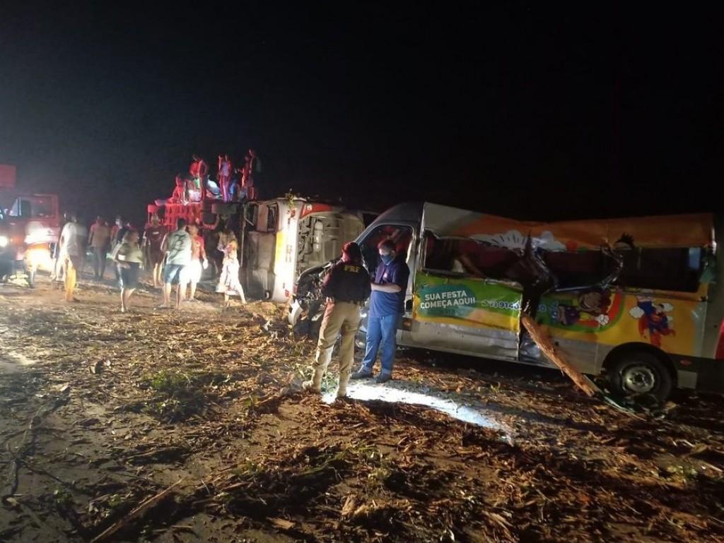 Acidente entre ônibus, van e caminhão carregado de eucalipto deixa 12 mortos