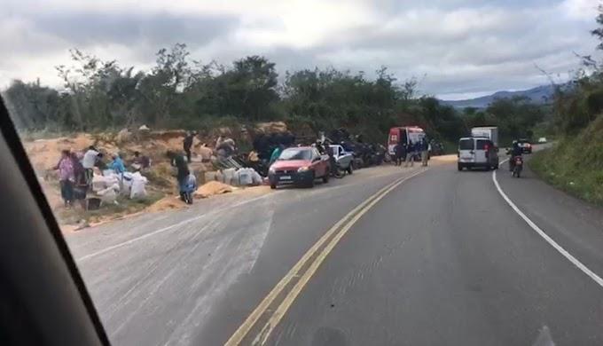 Jacobina: Motorista fica preso às ferragens após caminhão tombar na serra do Tombador