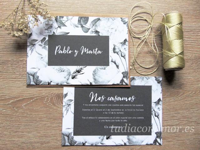 Una invitación de boda con rosas David Austin en blanco y negro de estilo shabby chic con fondo pizarra