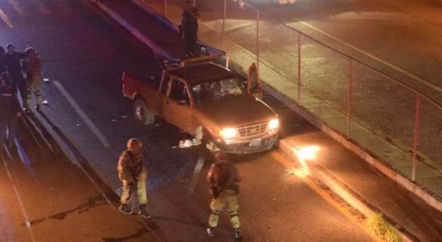 """Sinaloa sin tregua sicarios iban persiguiendo a los contras en camionetas en Mazatlán , llegan a entronque se confunden de """"troca"""" dejando caer todo su arsenal contra familia"""