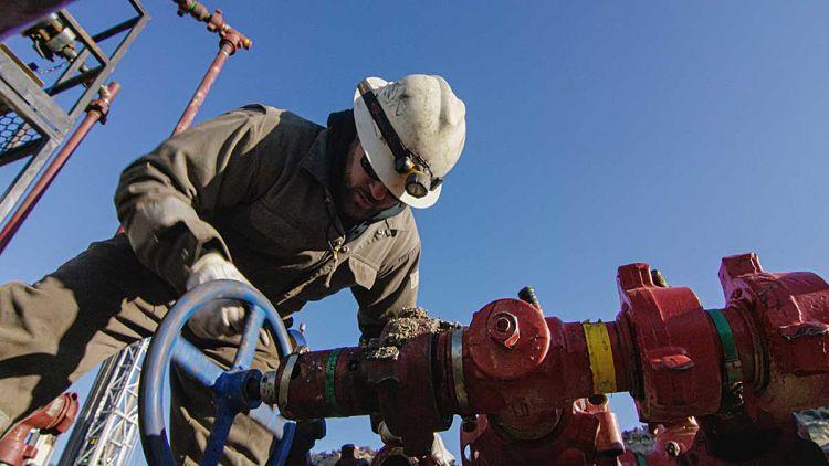 Trabajador en campo de extracción de gas