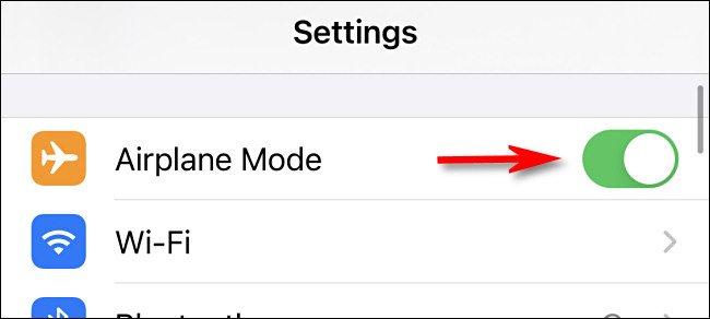 """في الإعدادات على iPhone ، انقر على مفتاح """"وضع الطائرة"""" لتشغيله."""